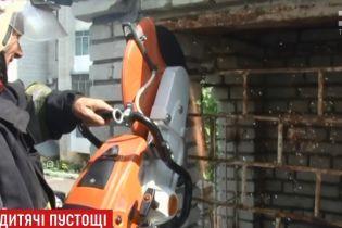 """Во Львове 10-летний мальчик застрял в решетке заброшенного """"замка"""""""
