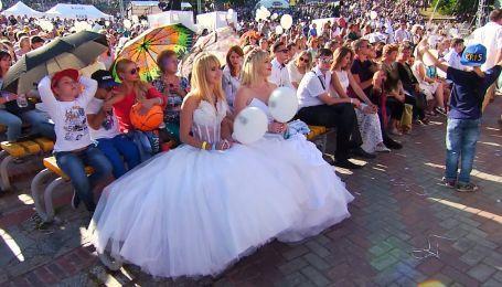 """Массовая свадьба на """"Певческом поле"""" раскрывает секреты звезд"""