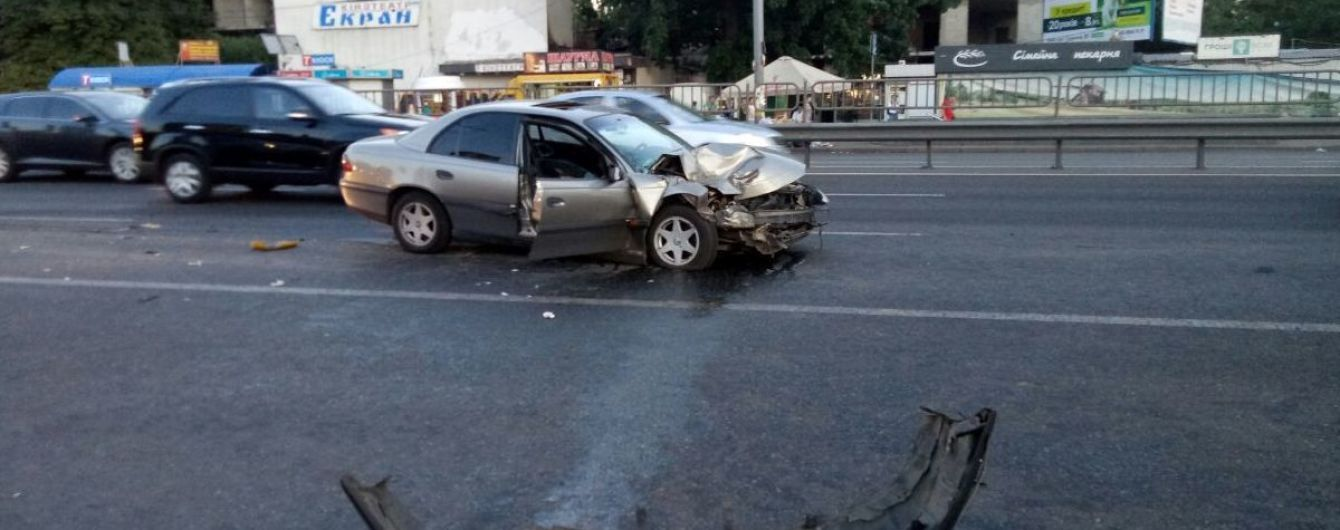 Потрійна аварія у столиці: два легкових авто в'їхали у маршутку