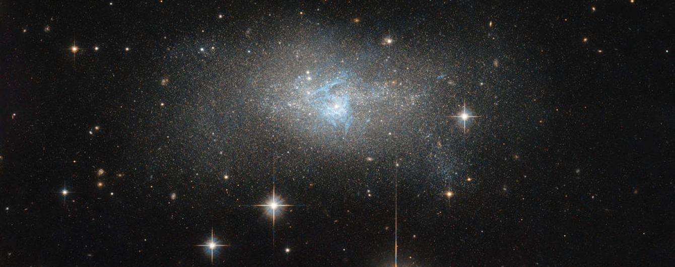 """Телескоп """"Хаббл"""" сфотографував унікальну карликову галактику"""