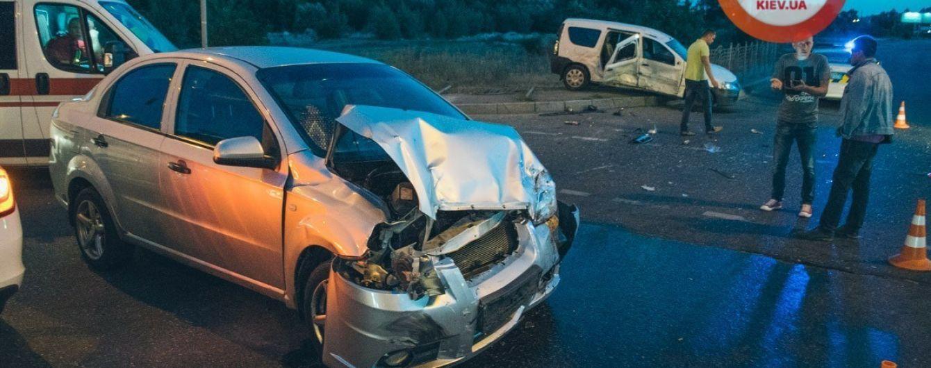 Внаслідок нічної аварії у Києві госпіталізовано чотирьох осіб