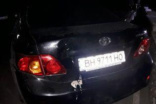В Одессе автомобиль без водителя скатился по склону и сбил трех женщин