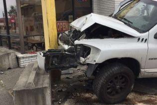 Жуткое видео: в США мужчина в последний момент спасся в магазине от неуправляемого пикапа