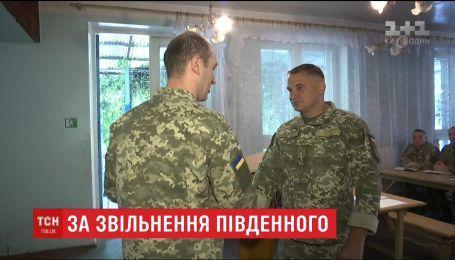 Військові, які звільняли від окупантів селище Південне на Донбасі, отримали нагороди