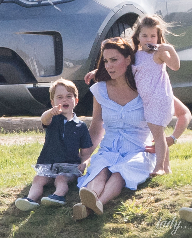 Кейт Миддлтон вышла всвет скромном голубом одеяние сполосками