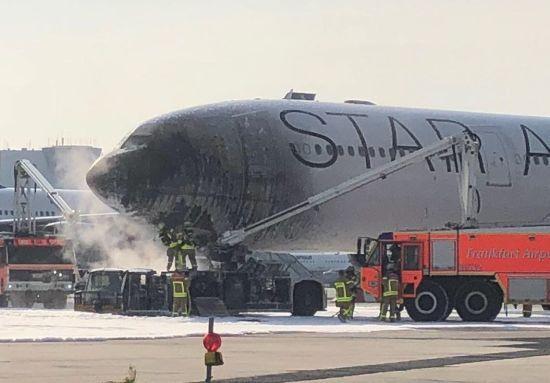 У Німеччині в аеропорту спалахнув літак, є постраждалі
