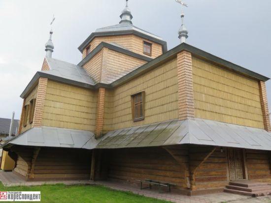 """На Прикарпатті священик пересварився з селянами через унікальний храм зі """"шрамами минулого"""""""