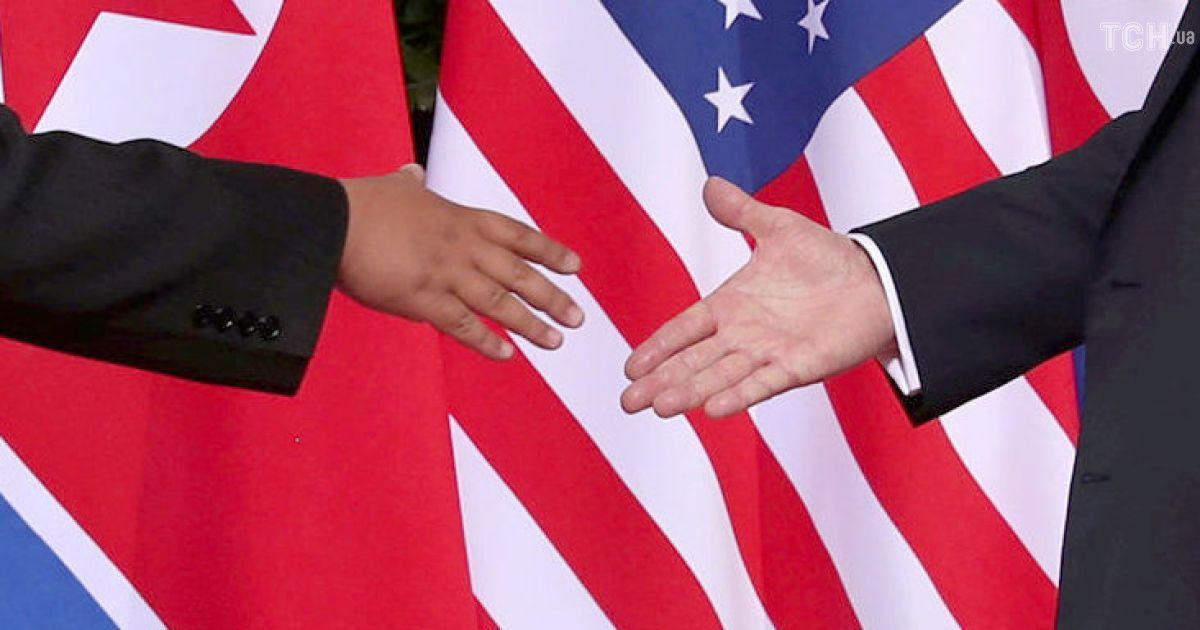 Рукостискання і усмішки: перші миті історичної зустрічі лідерів США і КНДР