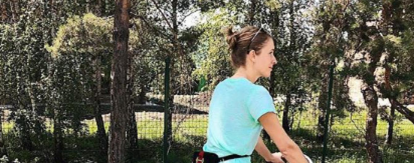 Утром на велосипеде, вечером – в вечернем платье: Катя Осадчая показала фото с уикенда