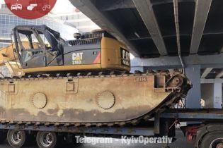 У Києві на Лівобережній фура з причепом застрягла під мостом
