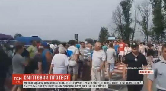 На Львівщині селяни вже другу годину тримають в облозі міжнародну трасу Київ-Чоп