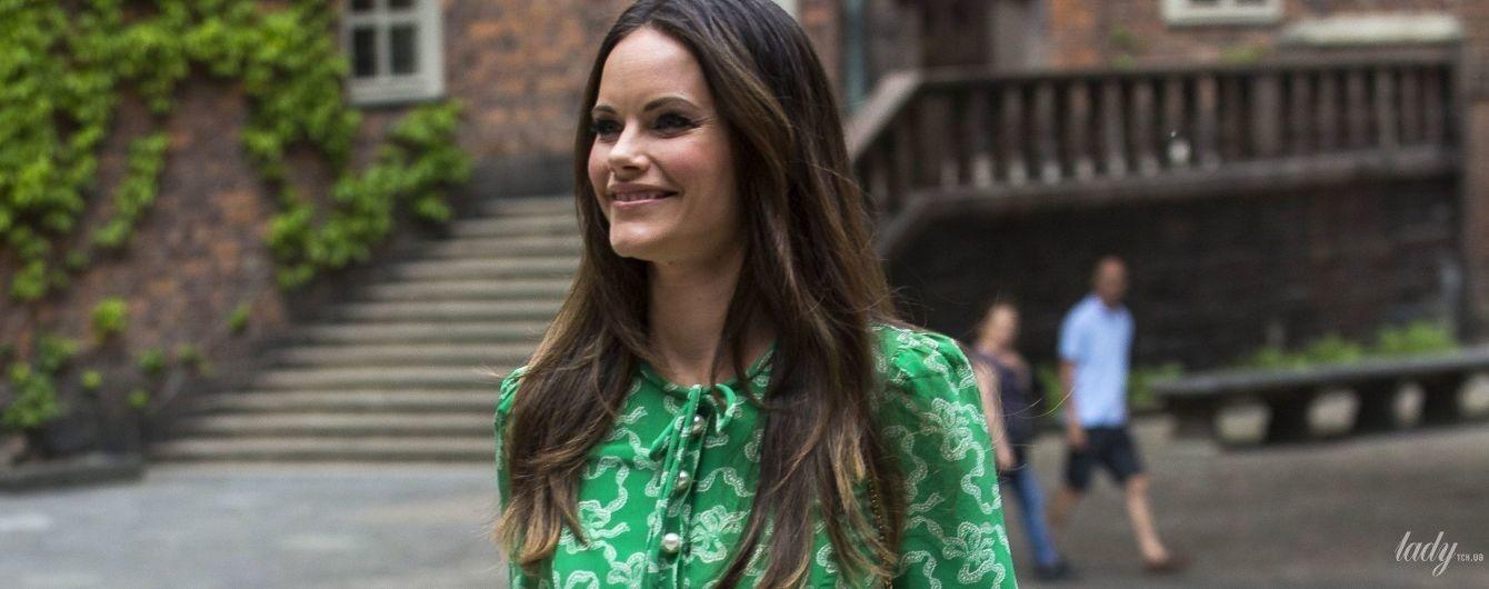 В платье модного цвета и с дизайнерской сумочкой: красивый выход принцессы Софии