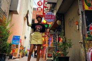 В лаковой мини-юбке и грубых ботинках: Белла Хадид прилетела в Южную Корею