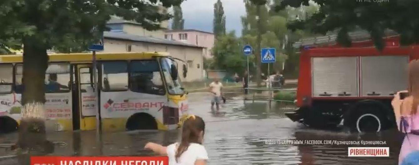 Потужні зливи підтопили міста у західних регіонах України