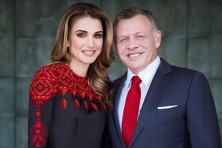 В платье с вышивкой и с мужем в обнимку: королева Рания опубликовала милое фото