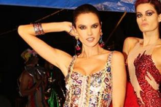 В роскошном платье и во фраке: два образа Алессандры Амбросио на модном показе