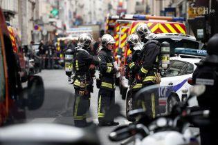 В Париже мужчина захватил заложников и угрожает бомбой - СМИ