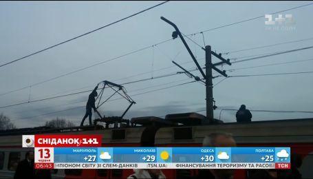 На Дарницькому вокзалі Києва юнака вдарило струмом, коли той катався на даху електрички