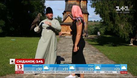 Мой путеводитель. Необычная деревянная церковь, священник с ястребом - село Зеньков