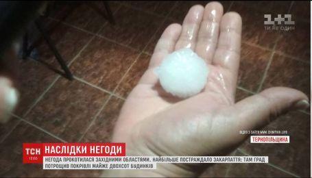 Поврежденные крыши, побитые машины и затопленные улицы: последствия стихии на Западной Украине