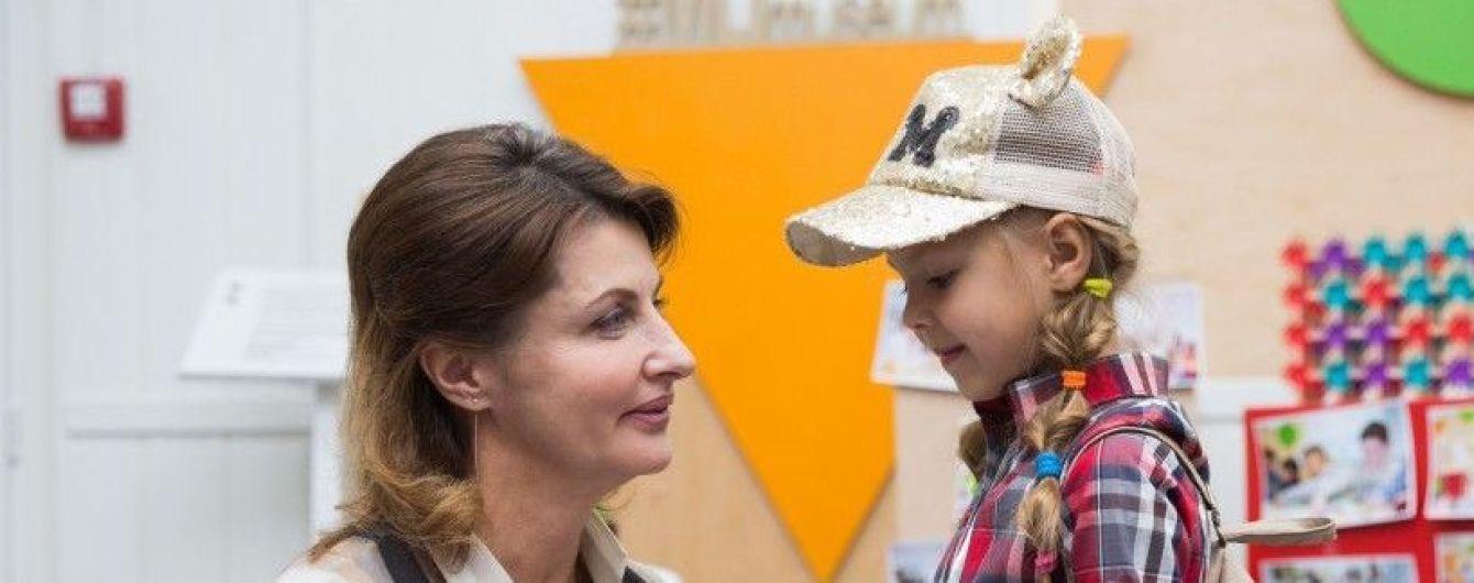 В полосатой рубашке и на шпильках: новый стильный образ Марины Порошенко