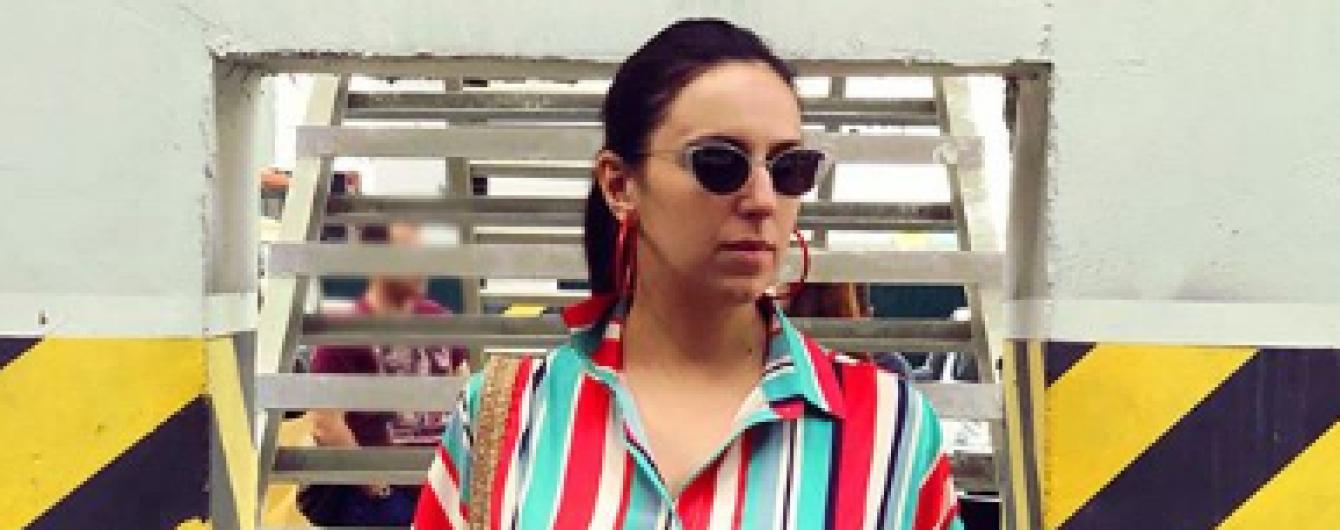 В ярком полосатом платье и босоножках на каблуках: новый стильный образ Джамалы