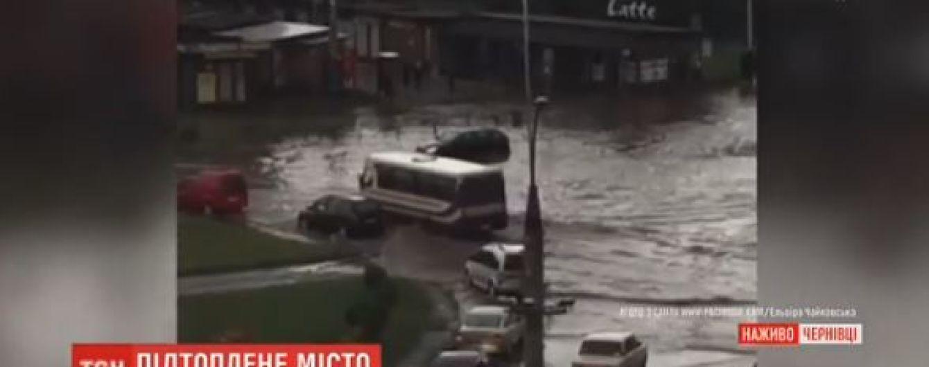 Чернівці накрила нова потужна злива і вулиці знову підтопило