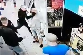 В Киеве молодчики жестоко избили парня в супермаркете: двух нападавших оперативно задержали