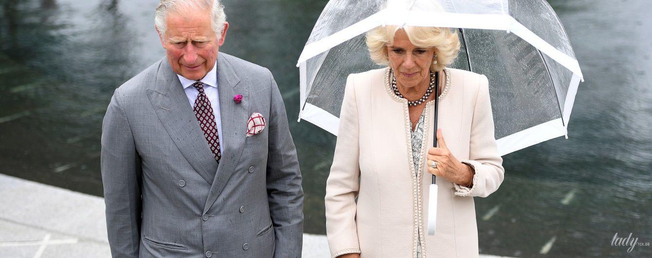 В элегантном пальто и с прозрачным зонтом: герцогиня Корнуольская Камилла в Северной Ирландии