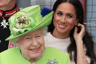 Элегантная Меган и яркая королева: герцогиня Сассекская и Елизавета II прибыли в Чешир