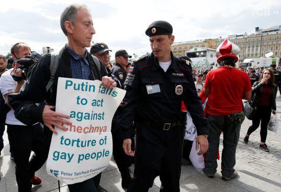 У центрі Москви затримали британського ЛГБТ-активіста, який пікетував проти ФІФА та режиму Путіна