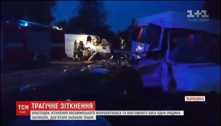 На трассе Киев-Чоп столкнулись два микроавтобуса, один человек погиб