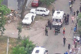 У Києві вибухнуло припарковане авто, постраждали четверо людей