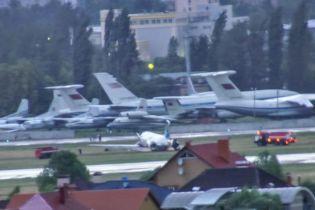 """Как трясло самолет во время посадки. В Сети выложили еще одно видео инцидента в аэропорту """"Киев"""""""