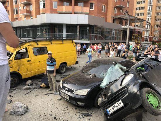 Страшна аварія в Ірпені: водій BMW на шаленій швидкості зніс зупинку і розбив ще три автівки