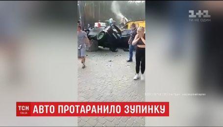 В Ірпені авто влетіло на зупинку громадського транспорту