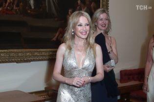 Кайли Миноуг в блестящем платье с глубоким декольте встретилась с принцем Уильямом