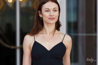 С легким макияжем и в черном сарафане: Ольга Куриленко на кинофестивале