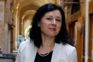 В элегантном белом жакете с интересной брошью: комиссар юстиции ЕС Вера Юрова на деловой встрече