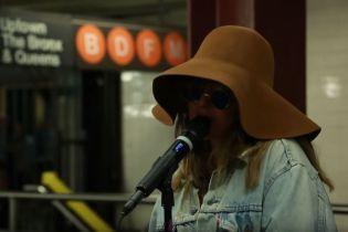 Неузнаваемая Кристина Агилера в шляпе и очках выступила в метро