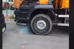 В Киеве женщина споткнулась на дороге и погибла под колесами мусоровоза