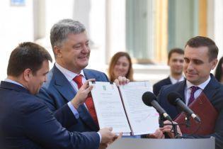 Порошенко подписал закон о дипслужбе