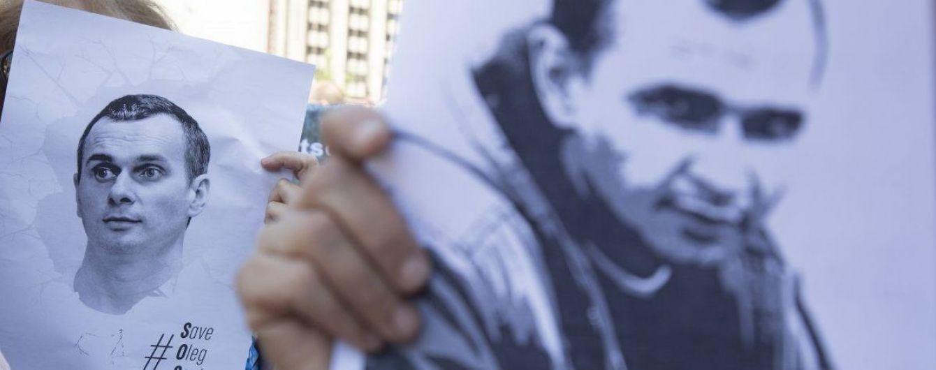 У центрі Москви затримали митців, які роздавали листівки для іноземців на підтримку Сенцова