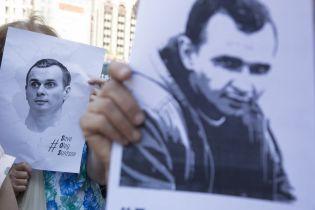 В центре Москвы задержали артистов, которые раздавали листовки для иностранцев на поддержку Сенцова