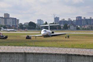 """Спогади пасажирів і мовчанка авіакомпанії: в """"Жулянах"""" біля смуги досі лежить літак, який не зміг нормально приземлитися в четвер"""