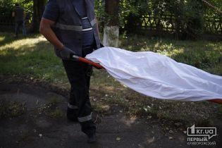 У Кривому Розі біля лікарні виявили тіло оголеної дівчини