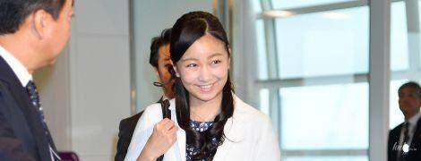 В скромном платье и на каблуках: японская принцесса Како в аэропорту Токио