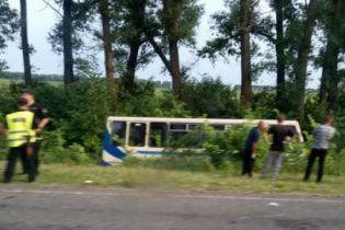 На Сумщине автобус слетел в кювет - восемь человек травмировались