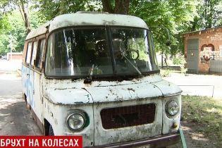 Дворы в Киеве загромождают минимум 5 тысяч брошенных автомобилей