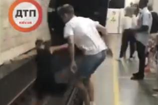 В Киеве сняли на видео подростков-экстремалов, которые прыгнули прямо под вагон метро